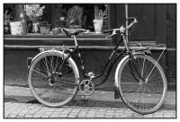 Vélo_devant_boutique_Belfort_N&B_final.jpg